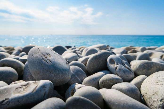 галечный пляж Гудаута