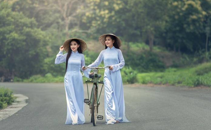 Вьетнам девушки с велосипедом