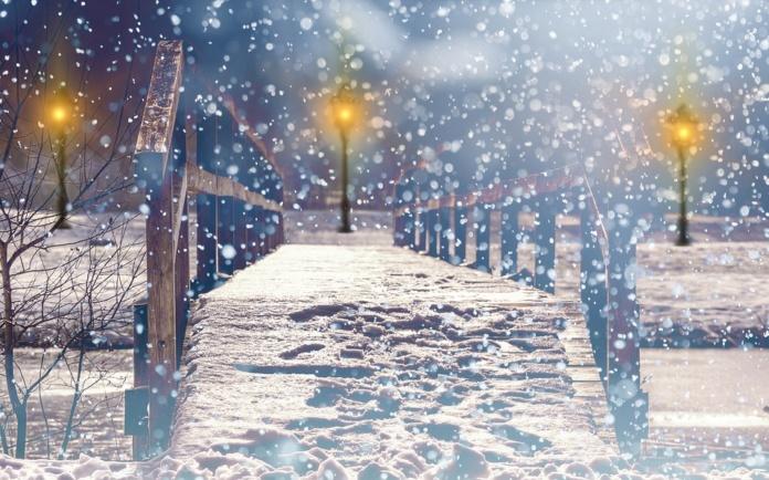 снег хлопьями, оранжевые фонари