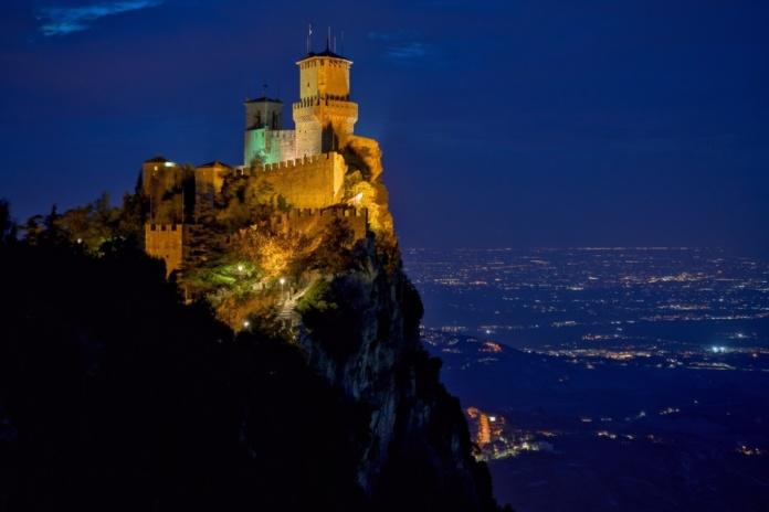 замок Сан Марино ночью