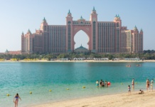 отель Атлантис Дубаи вид с пляжа
