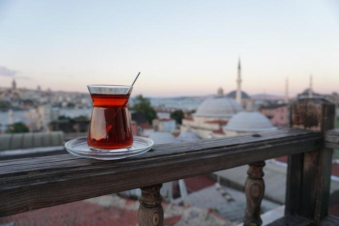 Стамбул, балкон, чай