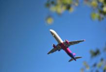 Wizz air самолет в небе